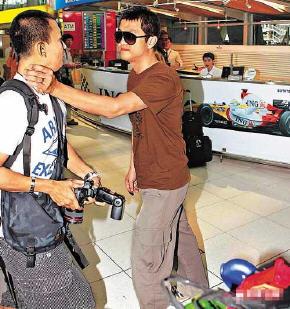 Faye Wong (王菲)'s husband, Li Yapeng (李亚鹏) attacked Paparazzi