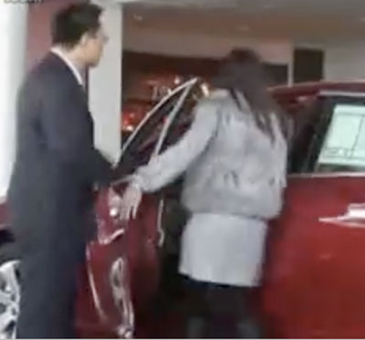 Unreasonable Shanghai girl forced boyfriend to buy a car on the spot