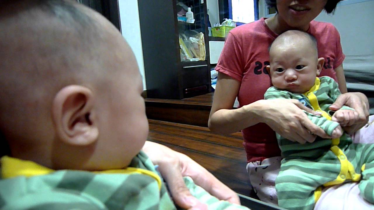 Asher loves to look at himself in the mirror - Alvinology